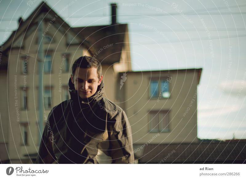 leaving home Mensch maskulin Junger Mann Jugendliche Kopf Gesicht Oberkörper 1 18-30 Jahre Erwachsene Himmel Schönes Wetter Dorf Stadtrand Haus Gebäude Fenster