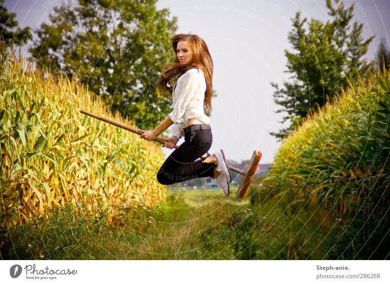 Böse Hexe auf Mission! feminin Junge Frau Jugendliche 1 Mensch Pflanze Wolkenloser Himmel Sommer Herbst Baum Gras Mais Maisfeld Maispflanzen Feld brünett