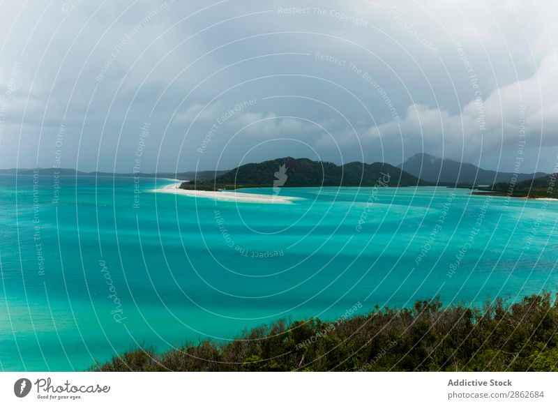 Türkisfarbenes Meer und Insel türkis blau Ferien & Urlaub & Reisen Natur Strand Wasser Landschaft Meereslandschaft Sommer tropisch Paradies Küste schön Wolken