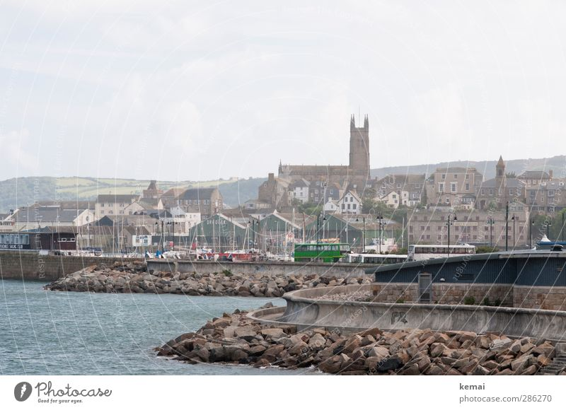 Penzance Küste Meer England Cornwall Kleinstadt Hafenstadt Stadtrand Haus Kirche Bauwerk Gebäude Mauer Wand Wahrzeichen Bus Reisebus Schifffahrt Beton trist