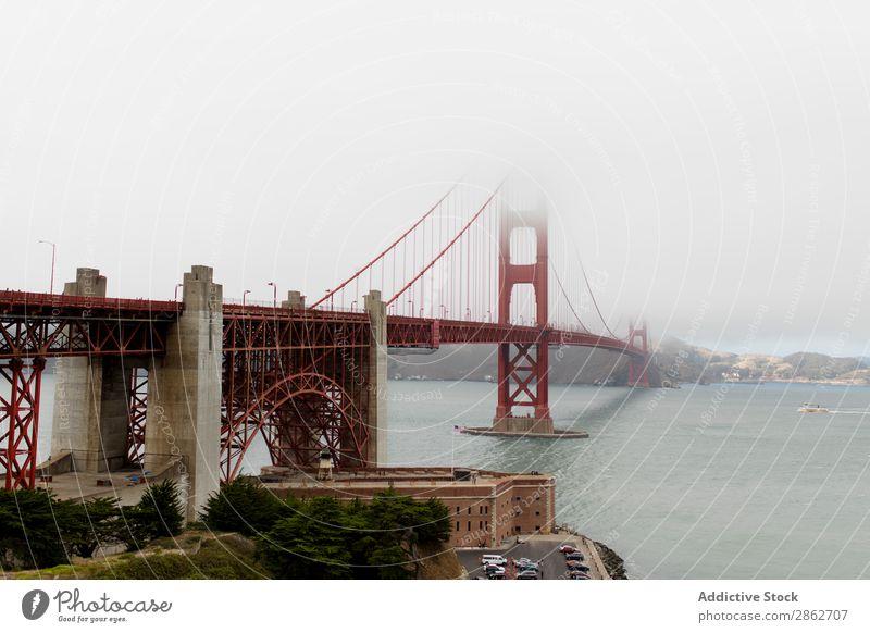 Blick auf die Brücke bei nebligem Wetter Golden Gate Bridge Nebel Bucht Turm Architektur Wahrzeichen Strukturen & Formen historisch USA Kalifornien
