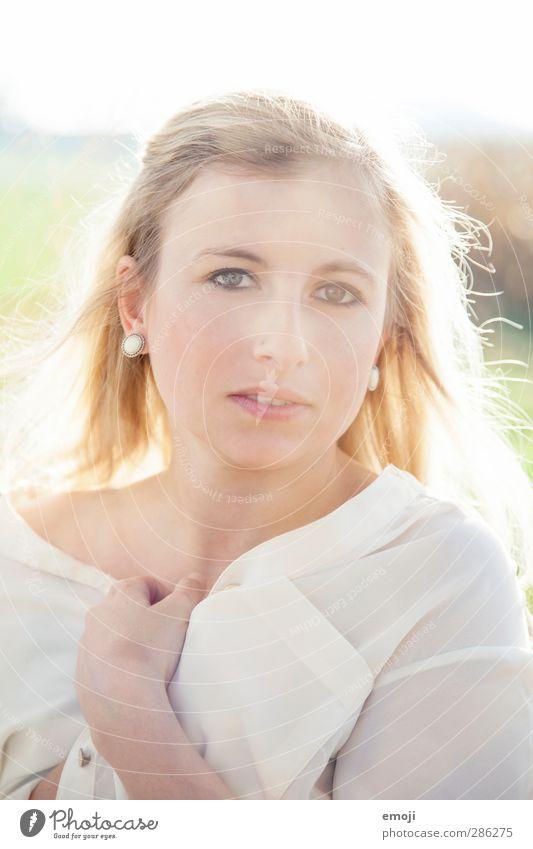 outside inside Mensch Jugendliche weiß Erwachsene Junge Frau feminin Erotik hell 18-30 Jahre blond Bluse