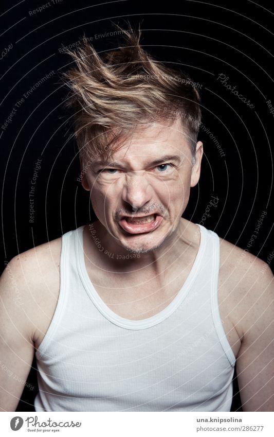du laberst mich an? Mann Erwachsene 1 Mensch 30-45 Jahre Unterhemd blond kurzhaarig Dreitagebart kämpfen schreien Konflikt & Streit Aggression rebellisch