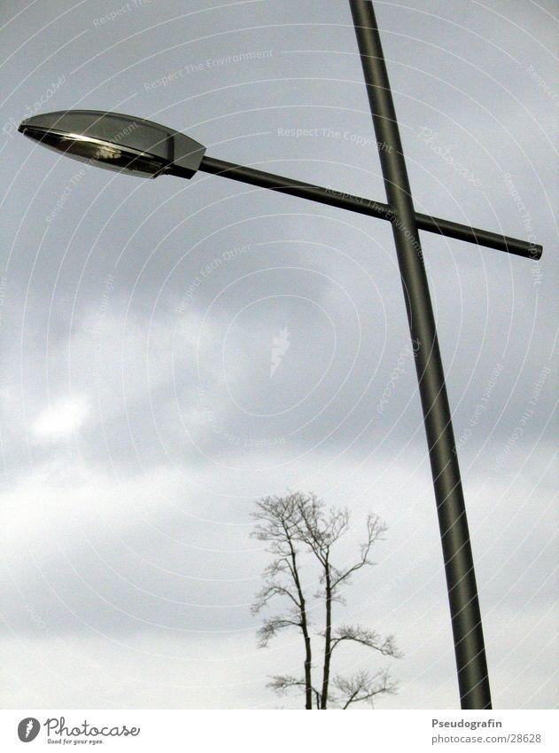 Am See Wolken Herbst grau Lampe Laterne Baumkrone schlechtes Wetter
