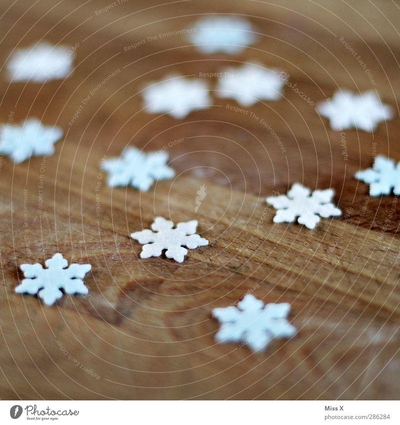 erster Schnee Winter Eis Frost kalt Schneeflocke Schneekristall Holz Dekoration & Verzierung Weihnachtsdekoration Farbfoto Nahaufnahme Muster Menschenleer