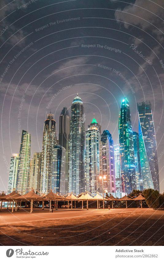 Bewölkter Himmel über der beleuchteten Metropole Hochhaus Großstadt erleuchten Abend Wolken Dubai Architektur Stadt Skyline Stadtzentrum modern