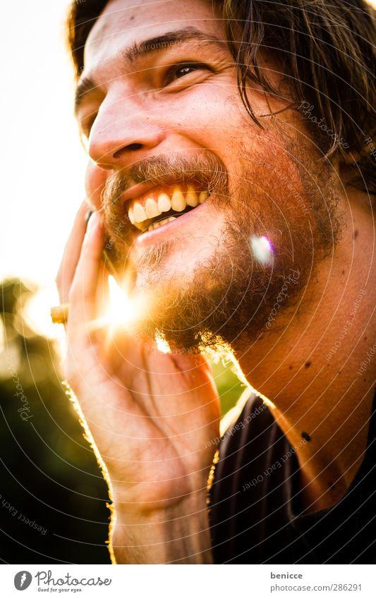 Twilight Call Mann Mensch Jugendliche Junger Mann Bart alternativ Rocker Vollbart Telefon Telefongespräch Handy lachen Lächeln Freude lustig spaßig Gegenlicht