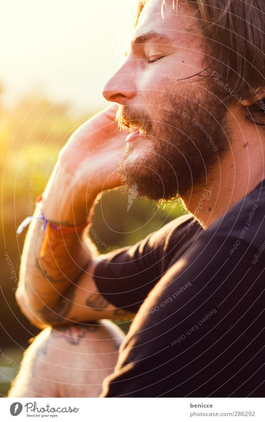 Morning Call Mann Mensch Jugendliche Junger Mann Bart alternativ Rocker Vollbart Telefon Telefongespräch Handy lachen Lächeln Freude lustig spaßig Gegenlicht