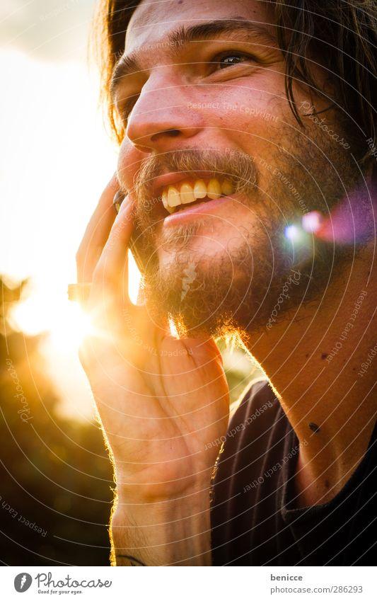 Sunny Call Mensch Mann Jugendliche weiß Sommer Sonne Freude sprechen lachen Junger Mann lustig Europa Lächeln Kommunizieren Telekommunikation Telefon