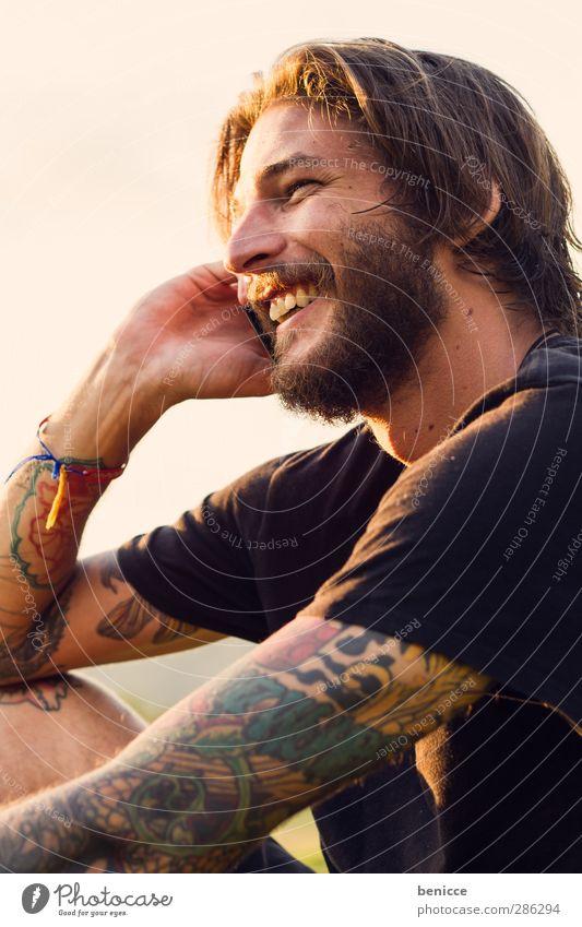 Happy Call Mann Mensch Jugendliche Junger Mann Bart alternativ Rocker Vollbart Telefon Telefongespräch Handy lachen Lächeln Freude lustig spaßig Gegenlicht