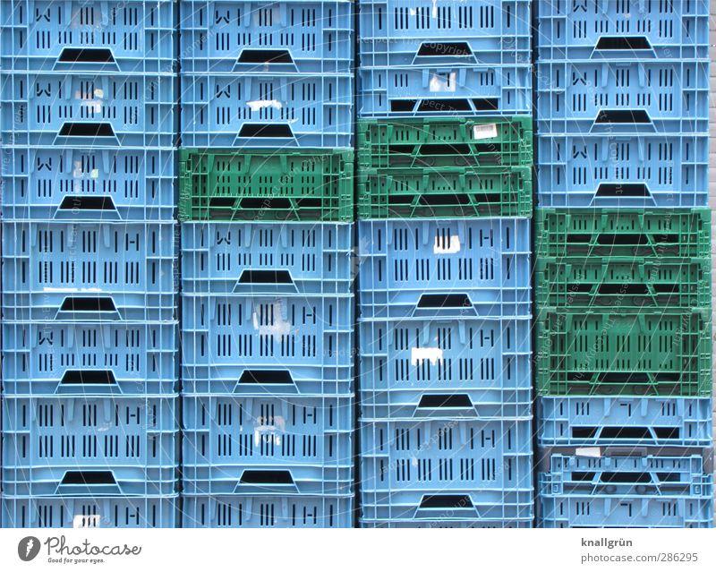 Hochstapler blau grün Stadt Gefühle Ordnung hoch stehen Güterverkehr & Logistik Kunststoff Kasten Kiste eckig Symmetrie Stapel Ordnungsliebe Plastikkorb