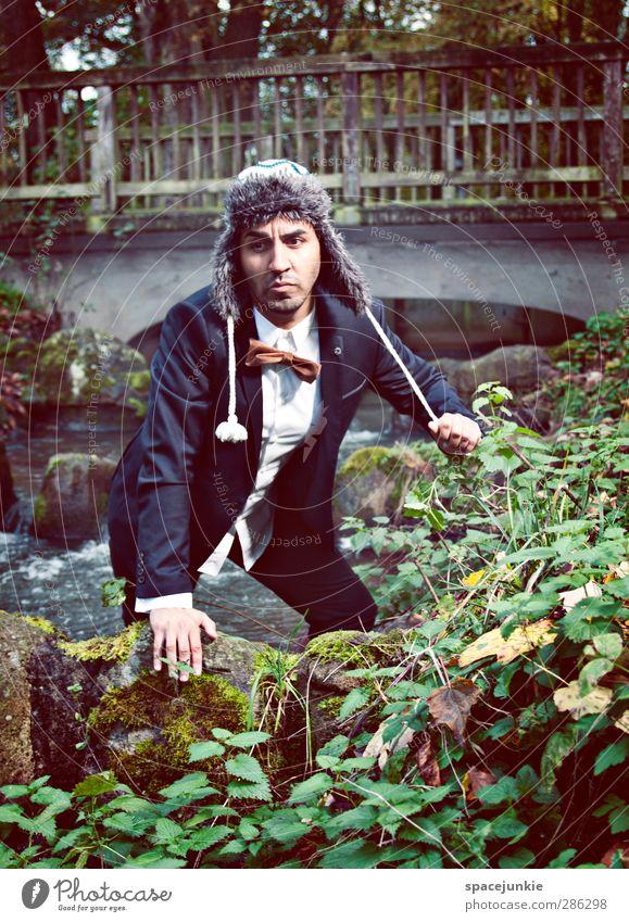Auf der Flucht (2) Mensch Mann Jugendliche blau Pflanze Blatt Erwachsene Herbst Gras Junger Mann 18-30 Jahre Felsen braun Park maskulin nass