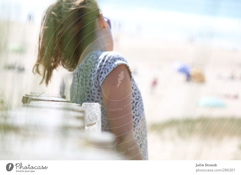 Na feminin Frau Erwachsene Jugendliche 1 Mensch 13-18 Jahre Kind Sand Sommer Schönes Wetter Strand Spanien Galicia Europa T-Shirt Leopardenmuster Sonnenbrille
