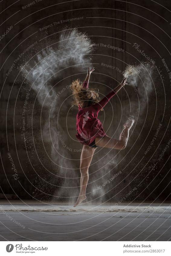 Junge Frau zwischen Nebel in der Dunkelheit Balletttänzer Ballerina Pulver Tanzen Kleid Beine Hand erhöht Leistung Raum rot elegant dunkel Kunst Pose Show
