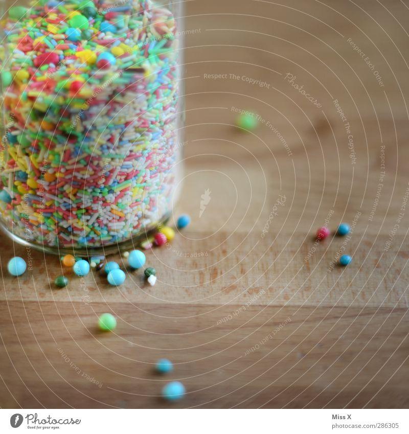 Krümel Lebensmittel Süßwaren Ernährung Glas klein lecker rund süß mehrfarbig Zuckerstreusel Streusel Perle Zuckerperlen Zutaten Holz viele Farbfoto Nahaufnahme