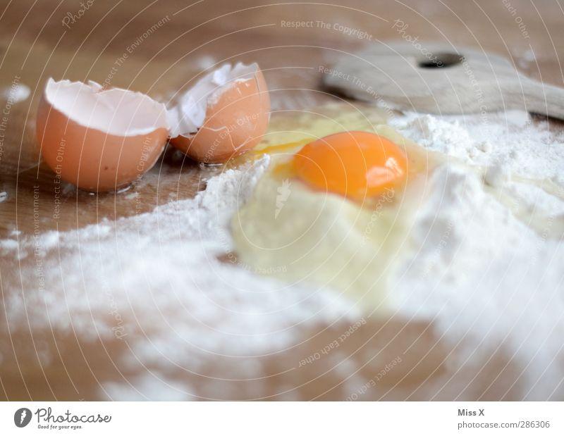 Teig Lebensmittel Teigwaren Backwaren Ernährung lecker Ei Kochlöffel Eierschale Mehl Eiklar Eigelb kochen & garen Weihnachtsgebäck Nudelteig Holztisch Zutaten