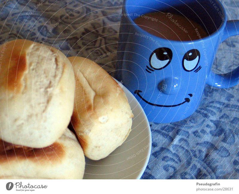Frühstück :o) Lebensmittel Brötchen Ernährung Kaffee Teller Tasse Gesicht Essen lachen blau Farbfoto mehrfarbig Innenaufnahme Menschenleer Morgen