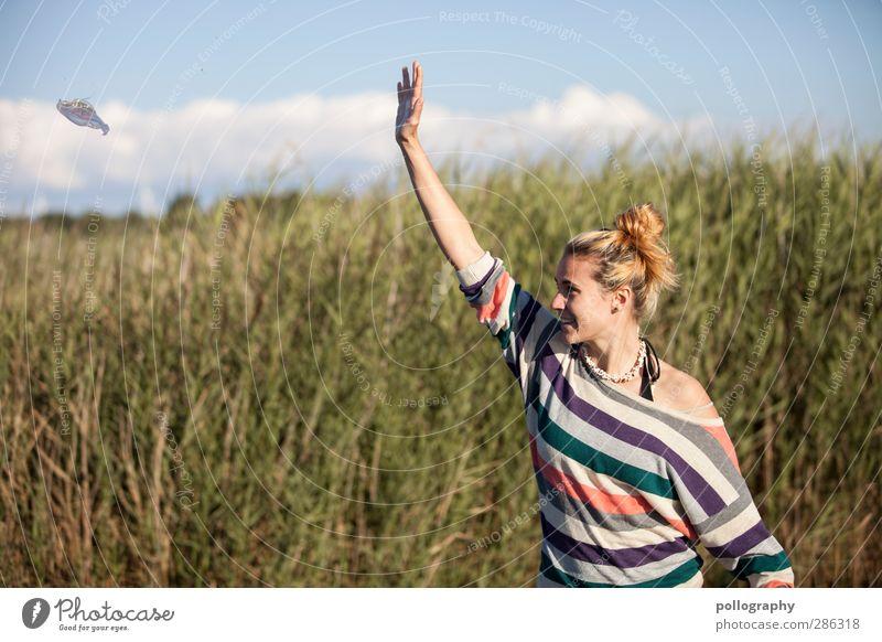 Vorsicht UFO! Mensch Frau Himmel Natur Jugendliche Sommer Pflanze Tier Wolken Landschaft Erwachsene Junge Frau Wiese Leben feminin Gras