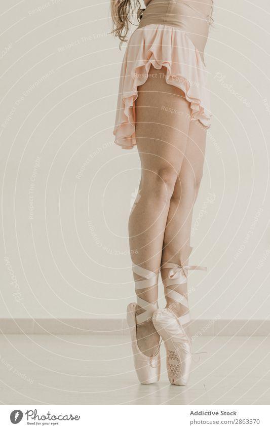 Schlanke Ballerina auf Zehenspitzen stehend Frau Beine Studioaufnahme Turnschuhe Raum Licht dünn Fitness üben Dame Gleichgewicht Sport Pose Flexibilität