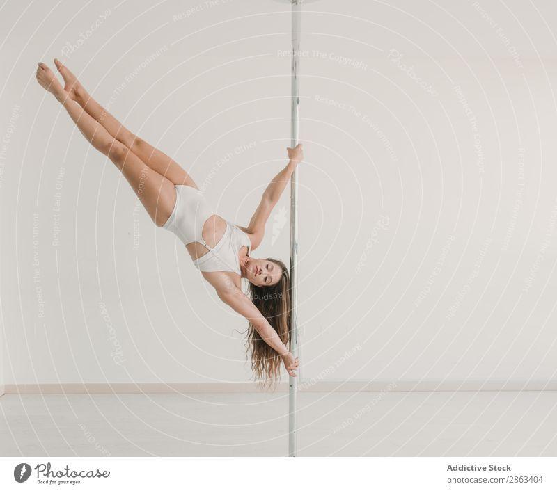Junge Frau beim Training an der Stange im Studio Raum Sport schön Balletttänzer üben Sporthalle Leistung Gleichgewicht Fitness Gesundheit Pfosten sportlich