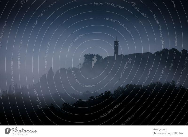 Düsternis und Nebelschwaden blau Baum schwarz Wald dunkel Angst Kirche Turm Hoffnung bedrohlich Italien Hügel Glaube Bauwerk Dorf