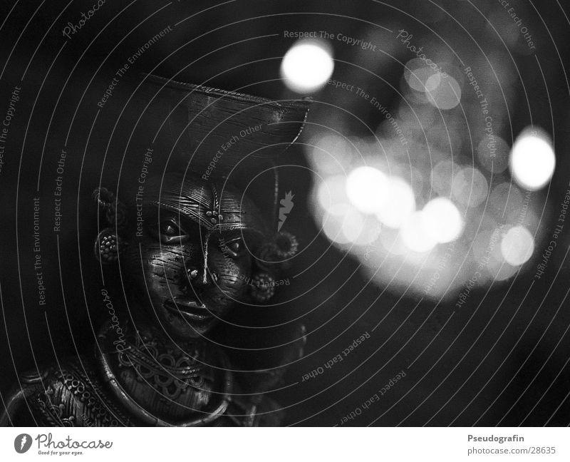 Maske Metall ästhetisch dunkel Kronleuchter Schaufenster Schwarzweißfoto Detailaufnahme Menschenleer Kunstlicht Reflexion & Spiegelung Low Key Unschärfe Blick