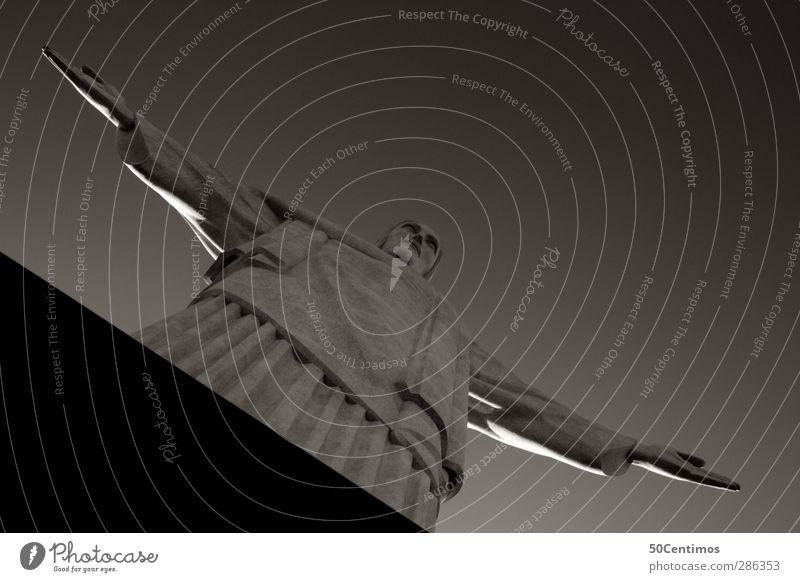 Cristo Redentor - Rio de Janeiro Südamerika Weltkulturerbe Außenaufnahme Schwarzweißfoto Starke Tiefenschärfe Wolken Pflanze Froschperspektive