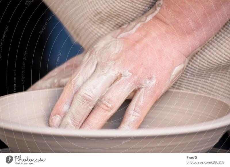 Handarbeit Töpfer Handwerk feminin Frau Erwachsene Finger 1 Mensch Schalen & Schüsseln Arbeit & Erwerbstätigkeit einzigartig rund braun anstrengen Kreativität