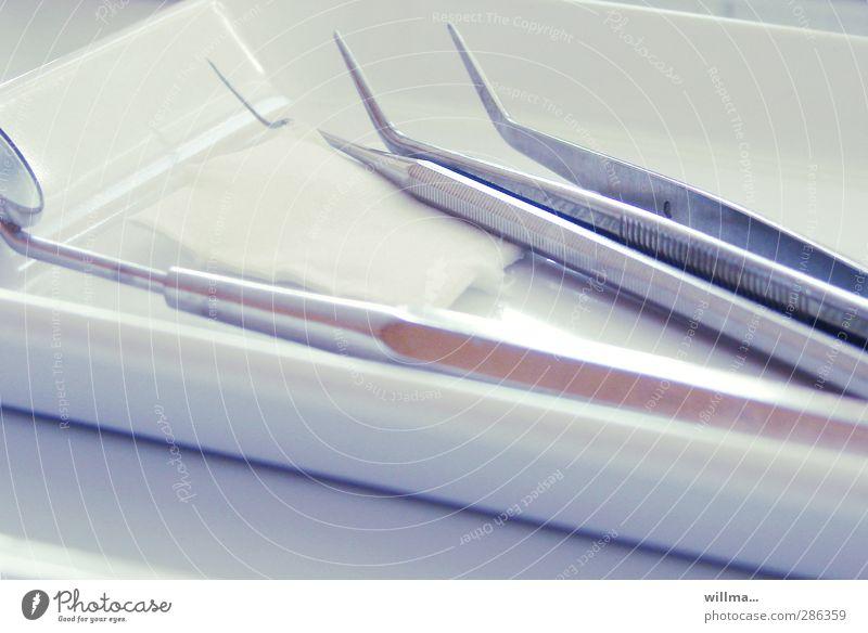 Besuch beim Zahnarzt Medizinisches Instrument Behandlung Gesundheitswesen Dentallabor Zahnarztpraxis Angst Medizintechnik Spiegel Pinzette Tupfer Metall Spitze