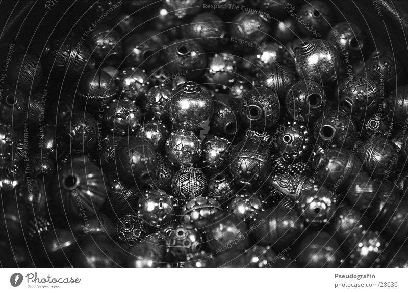 Schellen kaufen Reichtum elegant Stil Design Metall glänzend dunkel rund Schaufenster Schwarzweißfoto Detailaufnahme Makroaufnahme Muster Strukturen & Formen