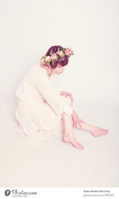 frau zart. feminin Junge Frau Jugendliche Beine Fuß 1 Mensch 18-30 Jahre Erwachsene Blume Rose Blatt Blüte Mode Bekleidung Kleid Kopfschmuck Kranz Blumenkranz