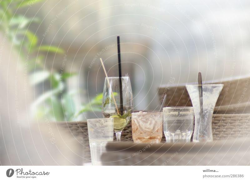 die fünf geleerten - der eine ist bisschen sauer Glas Getränk lecker Restaurant Cocktail Löffel Trinkhalm Weinglas Völlerei Latte Macchiato Straßencafé