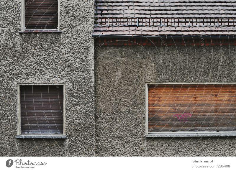 Lebens QUAL ität Kleinstadt Stadtrand Menschenleer Haus Einfamilienhaus Ruine Bauwerk Architektur Fassade alt dreckig dunkel Ekel gruselig hässlich trist grau