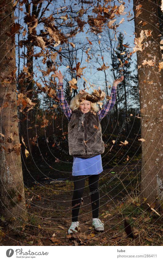 Laura im Wald Kind 1 Mensch 8-13 Jahre Kindheit Natur Herbst Fröhlichkeit Gefühle Glück Herbstlaub herbstlich Herbstbeginn Herbstwetter Herbstwald Blatt