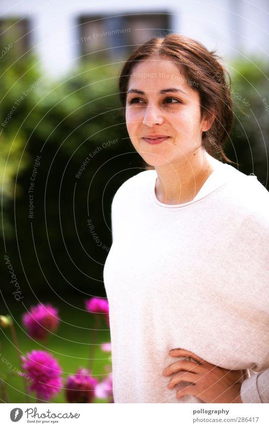 be smart Mensch Frau Jugendliche schön Sommer Pflanze Freude Blume Haus Erwachsene Fenster Junge Frau Wiese Leben feminin Gefühle