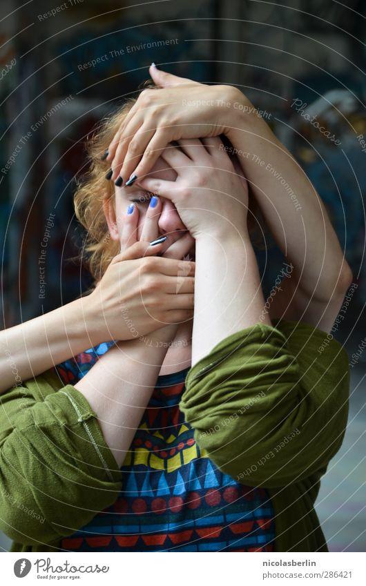Qual! | Touch Too Much Mensch Jugendliche Hand Erwachsene Junge Frau dunkel kalt feminin 18-30 Jahre Angst verrückt gefährlich gruselig Wut kämpfen Aggression