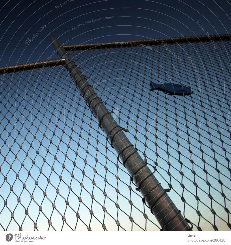 Zaungast Himmel blau Metall Kunst Schilder & Markierungen Ordnung Sicherheit Zeichen Kreativität Schutz Ostsee Werbung Schmuck Grenze Loch Barriere
