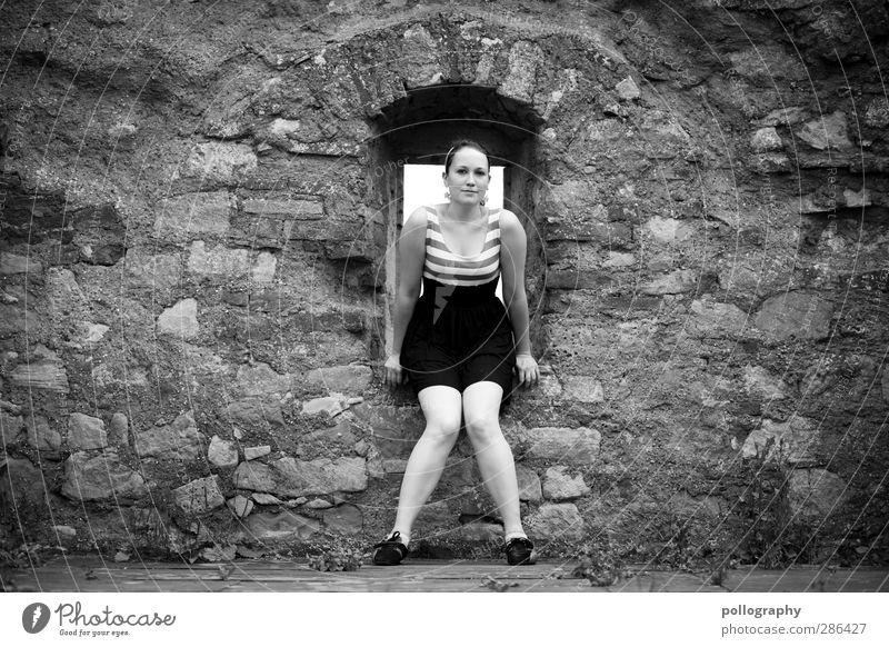waiting... Mensch feminin Junge Frau Jugendliche Erwachsene Leben Körper 1 18-30 Jahre Mauer Wand Rock Kleid langhaarig Gefühle Akzeptanz Verschwiegenheit
