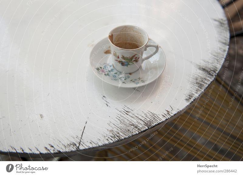 Nach der Kaffeepause Getränk Geschirr Teller Tasse Holz retro weiß Tisch alt Abnutzung leer Blumenmuster Dekoration & Verzierung Untertasse Kaffeetasse