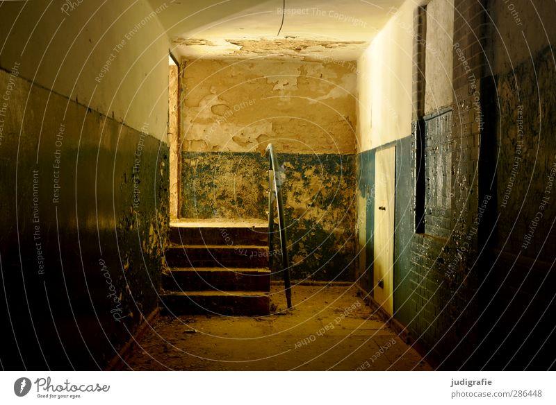 Heilstätte Haus Ruine Bauwerk Gebäude Architektur Mauer Wand Treppe Tür alt kaputt Stimmung Verfall Vergangenheit Wandel & Veränderung Farbfoto Gedeckte Farben