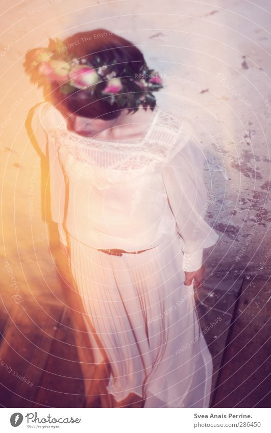 lichterscheinung. feminin 1 Mensch 18-30 Jahre Jugendliche Erwachsene Pflanze Blume Rose Mauer Wand Treppe Mode Kleid Bluse Accessoire Schmuck Haare & Frisuren