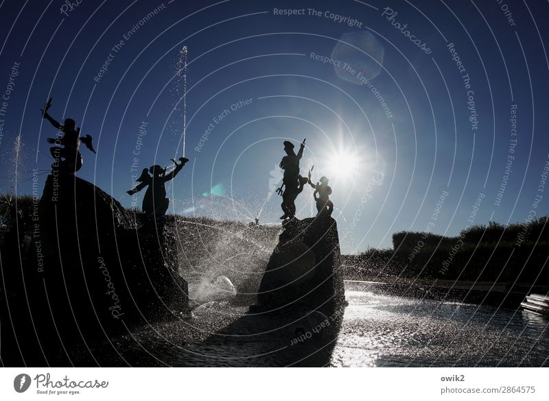Spaßbad Kunst Skulptur Kultur Wasser Wassertropfen Wolkenloser Himmel Sonne Schönes Wetter Garten Park Springbrunnen Engel Figur leuchten Spielen Fröhlichkeit