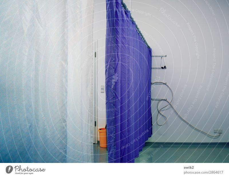 Mir wirds zu bunt blau ruhig Wand Mauer orange trist leer Bodenbelag Kabel Konzentration Tapete Langeweile Vorhang geduldig Lücke Farbfleck