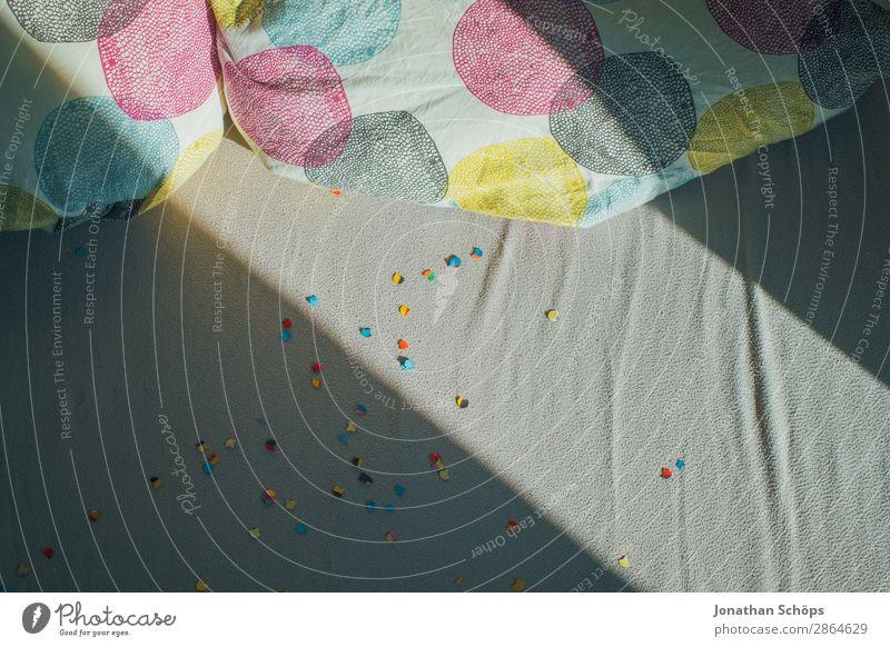 Sonnenlicht und Schatten über dem Bett mit Konfetti Wohnung Feste & Feiern Valentinstag Liebe Ehe Bettwäsche Doppelbett Kopfkissen Lichteinfall Schattenspiel