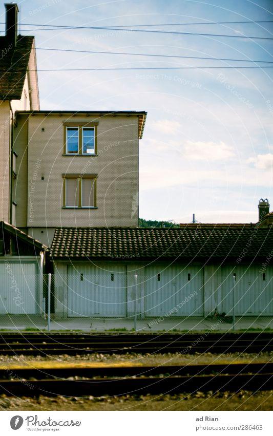 Garage House Himmel alt Haus Fenster Wand Herbst Architektur Mauer Gebäude Fassade elegant Schönes Wetter ästhetisch Bauwerk Dorf Gleise