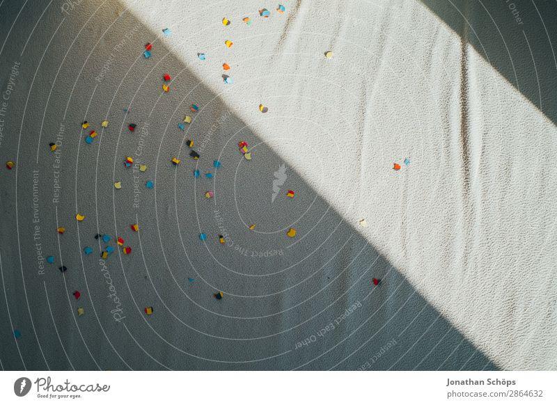 Sonnenlicht und Schatten über dem Bett mit Konfetti Hintergrundbild Liebe Feste & Feiern Textfreiraum Zusammensein Wohnung Romantik Warmherzigkeit Sicherheit