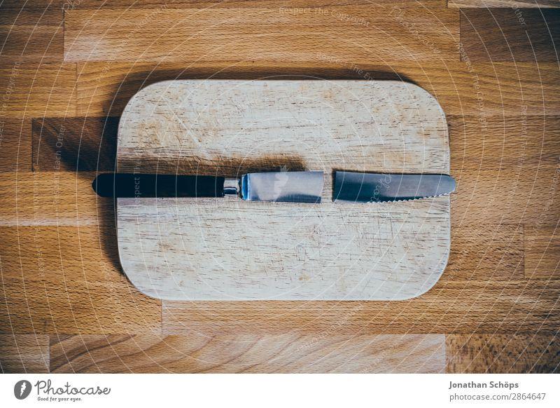 zerbrochenes Messer auf Schneidebrett Holz kaputt lustig ästhetisch Trennung Zerstörung Küchentisch Reparatur Scheidung Textfreiraum gebrochen Essen zubereiten