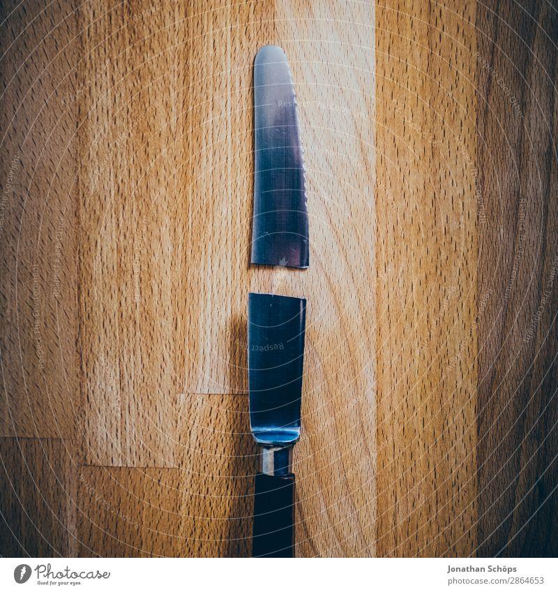 zerbrochenes Messer auf Schneidebrett Holz kaputt lustig ästhetisch Trennung Zerstörung Küchentisch Reparatur Scheidung Textfreiraum gebrochen Durchschnitt
