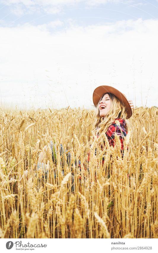 Junge Cowgirl auf einem Getreidefeld Lifestyle Glück schön Leben Freiheit Sommer Industrie Mensch feminin Junge Frau Jugendliche Erwachsene 1 18-30 Jahre Natur