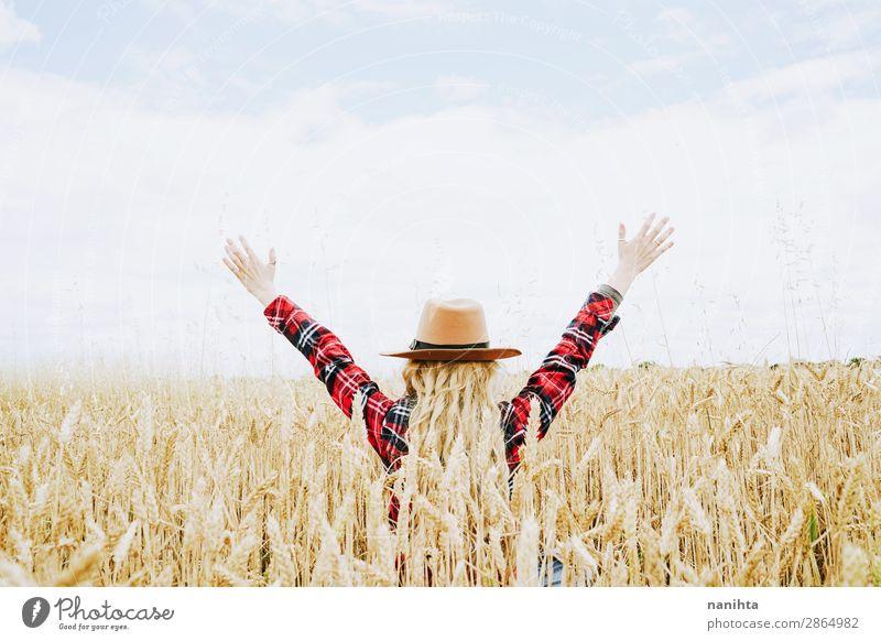 Frau Mensch Himmel Natur Jugendliche Junge Frau Sommer Pflanze schön Landschaft Freude Gesundheit Lifestyle Erwachsene Leben natürlich